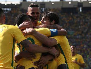 Brasileiros celebram gol sobre Honduras.