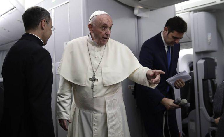 O papa Francisco se dirige aos jornalistas no avião papal depois de decolar da Cidade do Panamá