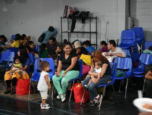 Centro de detenção de famílias imigrantes em McAllen (Texas).