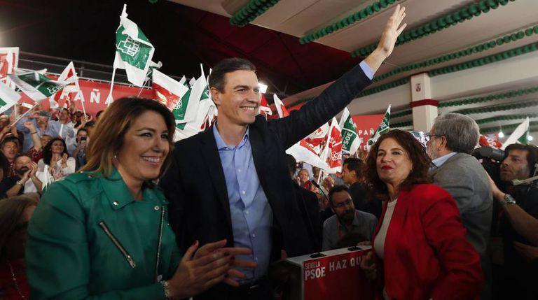 O primeiro-ministro Pedro Sánchez, com Susana Díaz (à esquerda) e a ministra da Fazenda, María Jesús Montero, em um comício eleitoral em Dos Hermanas (Sevilha).