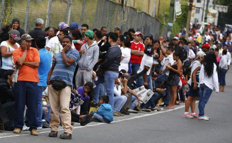 Fila em frente a um supermercado público em Caracas.