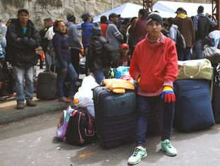 Venezuelanos na ponte de Rumichaca, a passagem terrestre entre a Colômbia e o Equador.