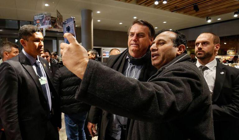 Homem tira foto com Bolsonaro em supermercado suíço.