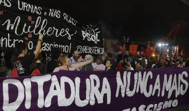 Faixa contra Bolsonaro exibida durante manifestação na quarta-feira.