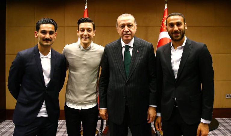 Erdogan com Ilkay Gundogan, do Manchester City; Mesut Özil, do Arsenal, e Cenk Tosun, do Everton, no encontro da discórdia.