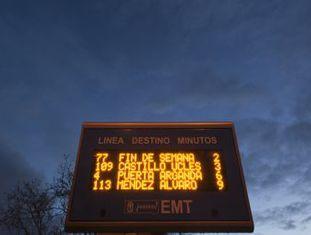 Tela em um ponto de ônibus em Madri.
