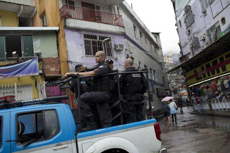 Policiais militares patrulham a Rocinha nesta segunda-feira, mesmo dia em que uma turista espanhola foi morta a tiros por policiais.