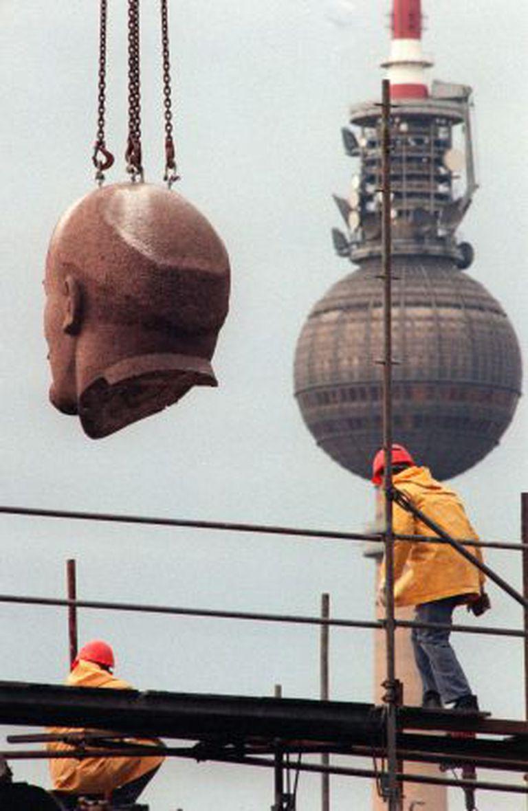 Transporte da cabeça da grande estátua de Lênin, em novembro de 1991.