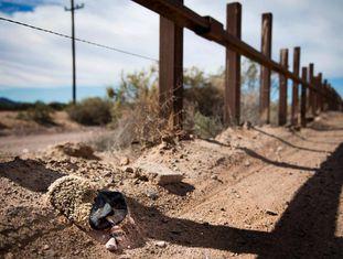 Pedaço de um resto de tapete utilizado por imigrantes para calçar os pés na fronteira com o México, em Lukeville (Arizona).