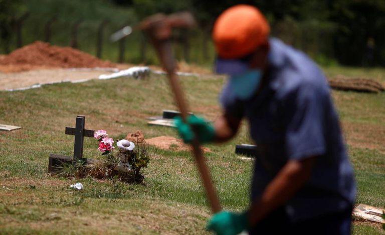 Um trabalhador prepara covas para vítimas do desastre de Brumadinho.