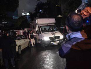 Peritos policiais turcos deixam o consulado da Arábia Saudita em Istambul, nesta quinta-feira