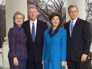 Hillary e Bill Clinton com Laura e George W. Bush, em 2001.