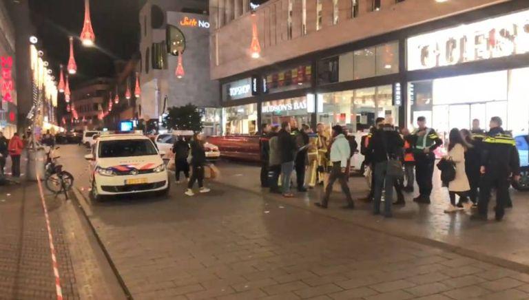 Agentes de polícia e transeuntes em Haia, depois do incidente.