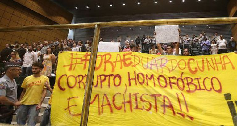 Manifestantes criticam Cunha na Assembleia paulista.