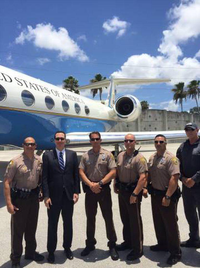 Steven Mnuchin posa em frente a um dos jets do Governo que usou sete vezes.