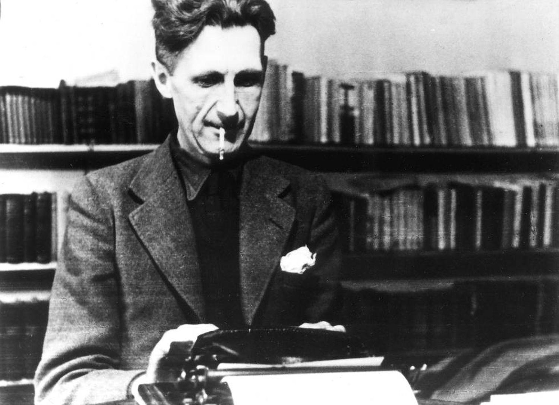 """""""É impossível vender histórias de animais nos Estados Unidos"""", disseram vários editores a George Orwell quando tentava publicar 'A Revolução dos Bichos'. Na foto, o escritor trabalhando em sua máquina de escrever."""