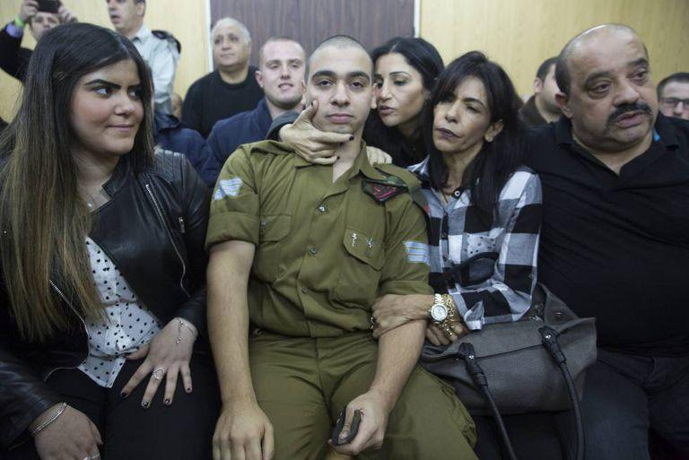 No tribunal militar em Tel Aviv, Israel, em 4 de janeiro de 2017, o soldado israelense Azaria Elor espera com a família a leitura da sentença durante o seu julgamento por atirar e matar um atacante palestino reduzido e imobilizado