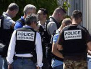 Ao menos um homem armado com um fuzil matou 28 pessoas em um ataque no litoral da Tunísia. Na França, um homem foi decapitado No Kuwait, ataque contra uma mesquita mata 25