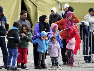 Refugiados esperam em um centro de Sredisce ob Dravi (Eslovênia) na terça-feira.