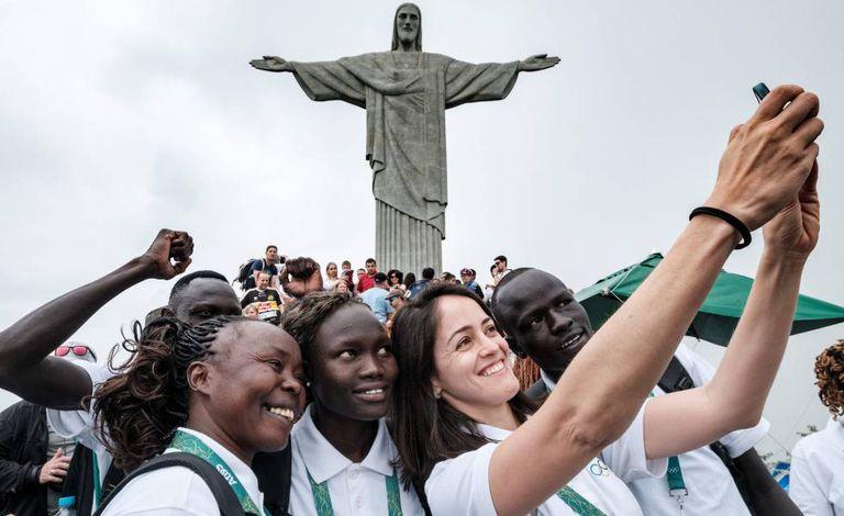 Equipe olímpica dos Refugiados na frente do Cristo Redentor.