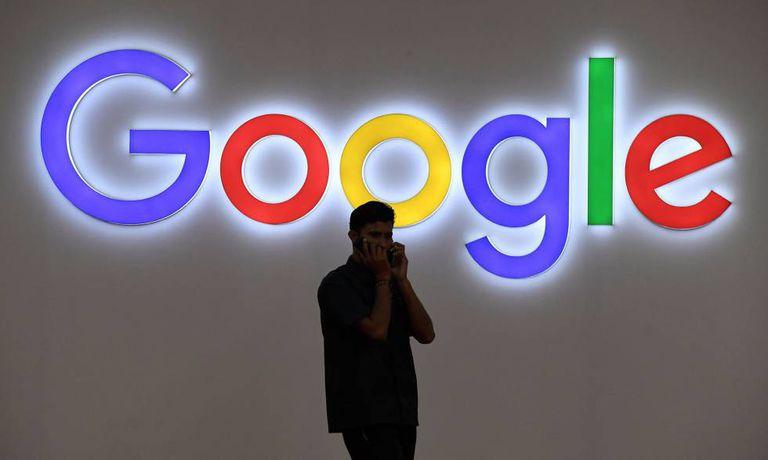 Homem diante de um logo do Google: buscador completa 19 anos.