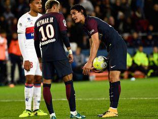 Neymar e Cavani falam durante o jogo entre o PSG e Lyon.