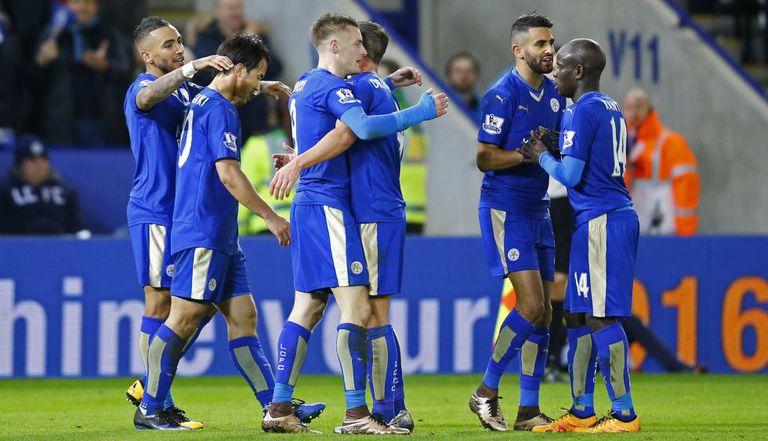 Jogadores do Leicester comemoram a vitória.