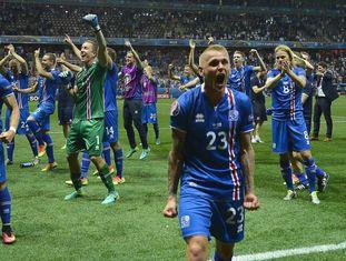Jogadores da Islândia celebram a vitória sobre a Inglaterra.