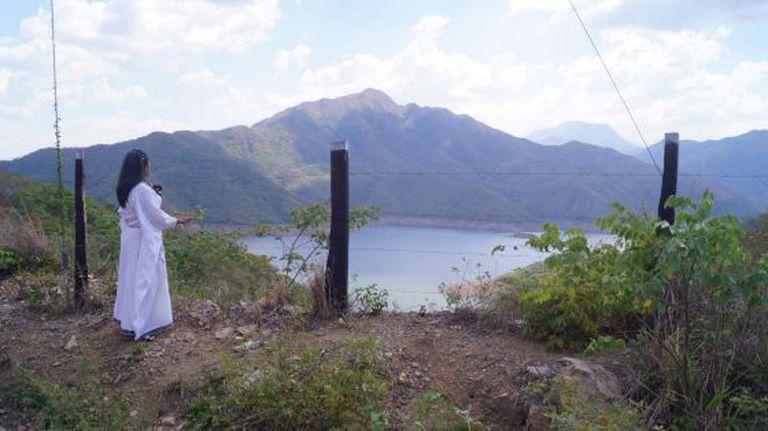 A líder wayúu na frente da água represada do rio Ranchería.