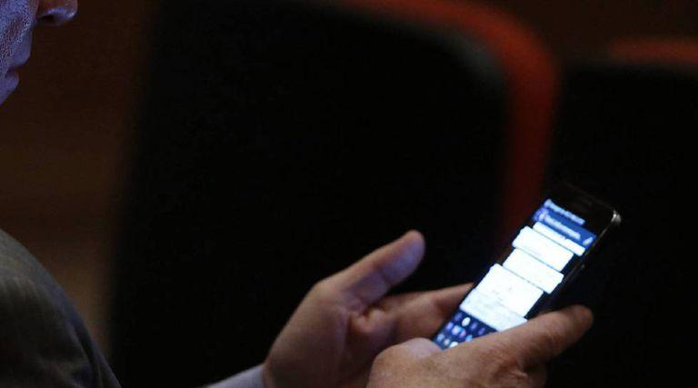Um usuário utiliza o WhatsApp.