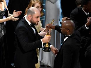 "Produtor de ""La La Land"" entrega a estatueta de melhor filme ao diretor de ""Moonlight"" após erro."