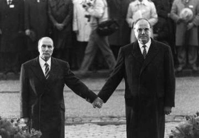 François Mitterrand e Helmut Kohl durante a cerimônia de reconciliação franco-alemã no cemitério de Douaumont, perto de Verdun, em setembro de 1984.
