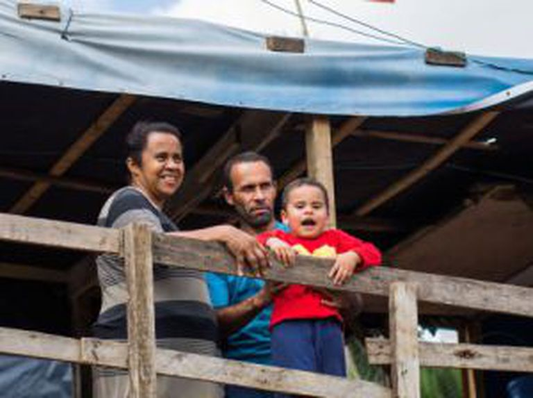 Luciano, Vânia e Luan. A família gasta metade do que recebe em aluguel.
