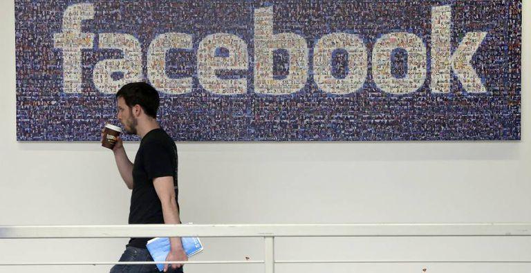 Um funcionário da rede social Facebook, na sede da empresa em Menlo Park (Califórnia).