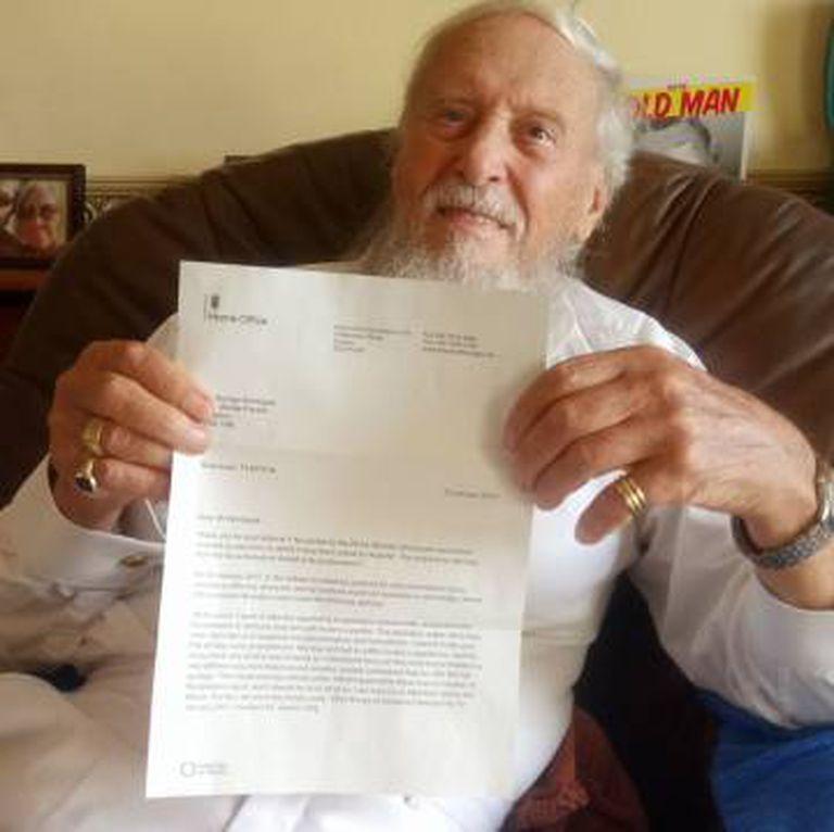 Montague mostra as desculpas do governo britânico em uma fotografia publicada em sua conta do Facebook.