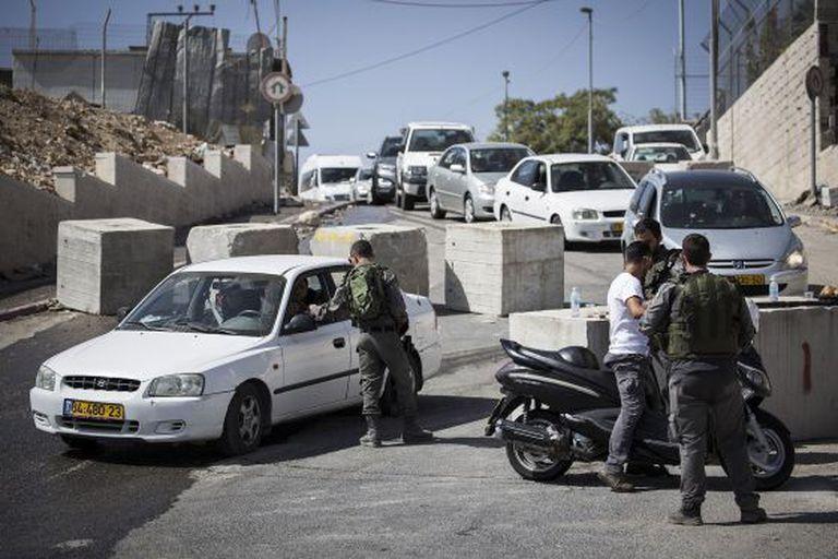 Controle israelense em bairro palestino de Jerusalém Oriental.
