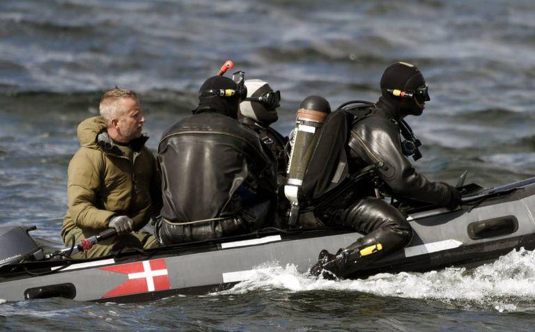 Mergulhadores do exército dinamarquês buscam restos da jornalista perto de Amager