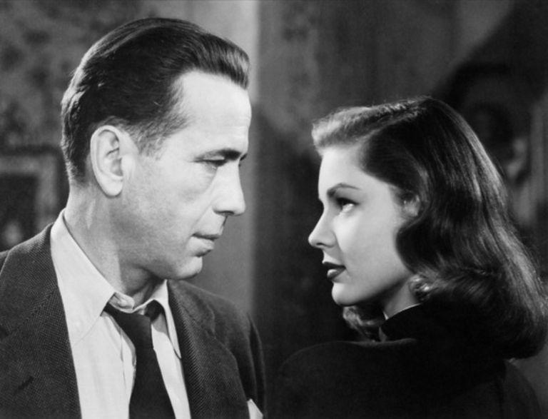 Humphrey Bogart e Lauren Bacall olham-se nos olhos em 'à Beira do Abismo'.