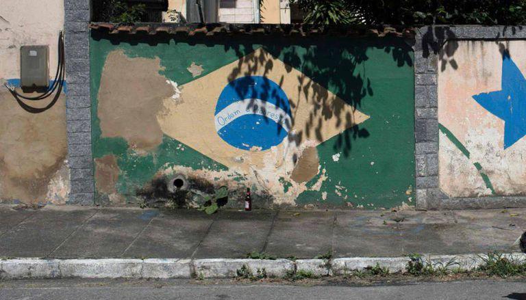 Bandeira do Brasil pintada em parede de Saquarema, Rio de Janeiro.
