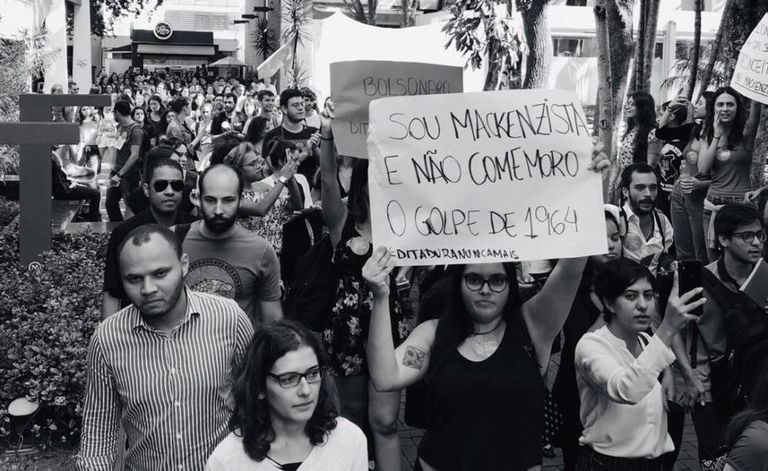 Manifestantes durante ato contra a ditadura militar, no interior da Universidade Mackenzie