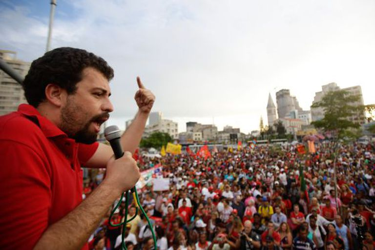 Guilherme Boulos discursa em protesto em 20 de fevereiro.