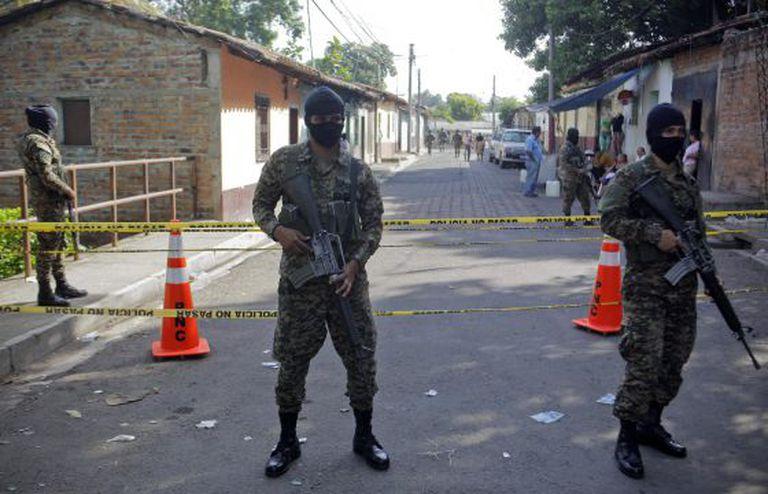 Soldados salvadorenhos no local de um crime.