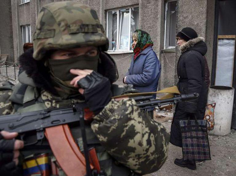 Vizinhos de Debaltseve, localidade atingida pela guerra no leste da Ucrânia.