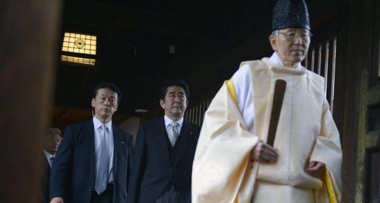 O primeiro-ministro Abe (no centro) visita o santuário.