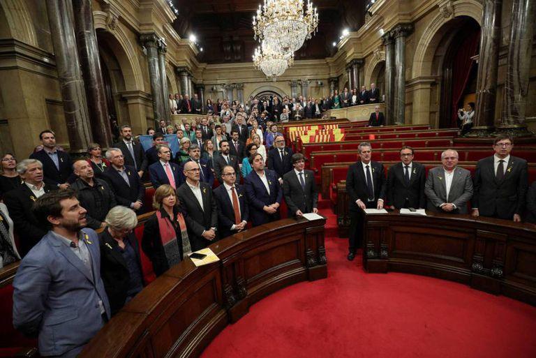 Parlamentares pró-independência cantam o hino catalão depois de declararem a independência da Espanha, em Barcelona