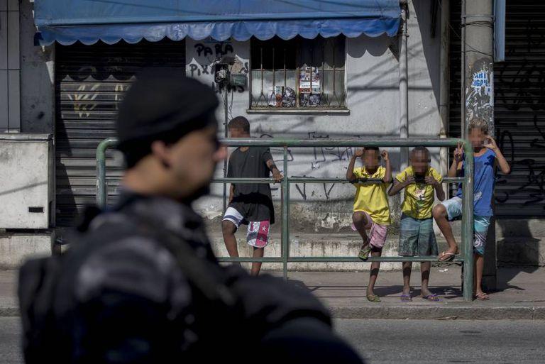 Criança reproduz as siglas do CV, na Cidade de Deus, no Rio.