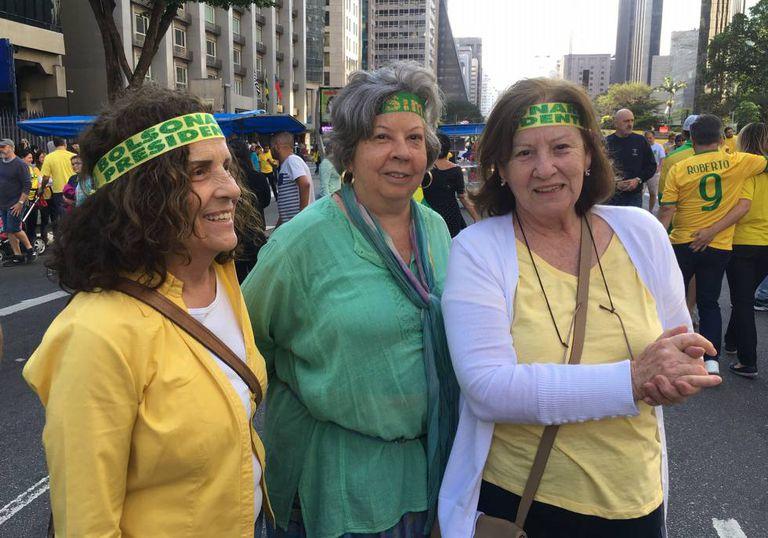 A advogada Ana Maria Straub (D) e duas amigas em ato na Paulista.