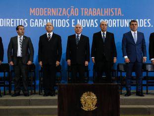 Temer em evento no Planalto junto a ministros e senadores quando a reforma trabalhista foi sancionada.