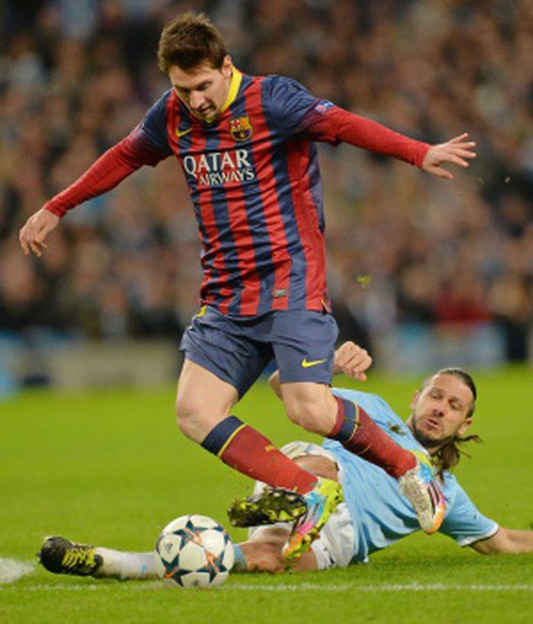 Demichelis derruba Messi.