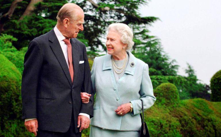 O duque de Edimburgo e Elizabeth II, em um retrato oficial em 2007.